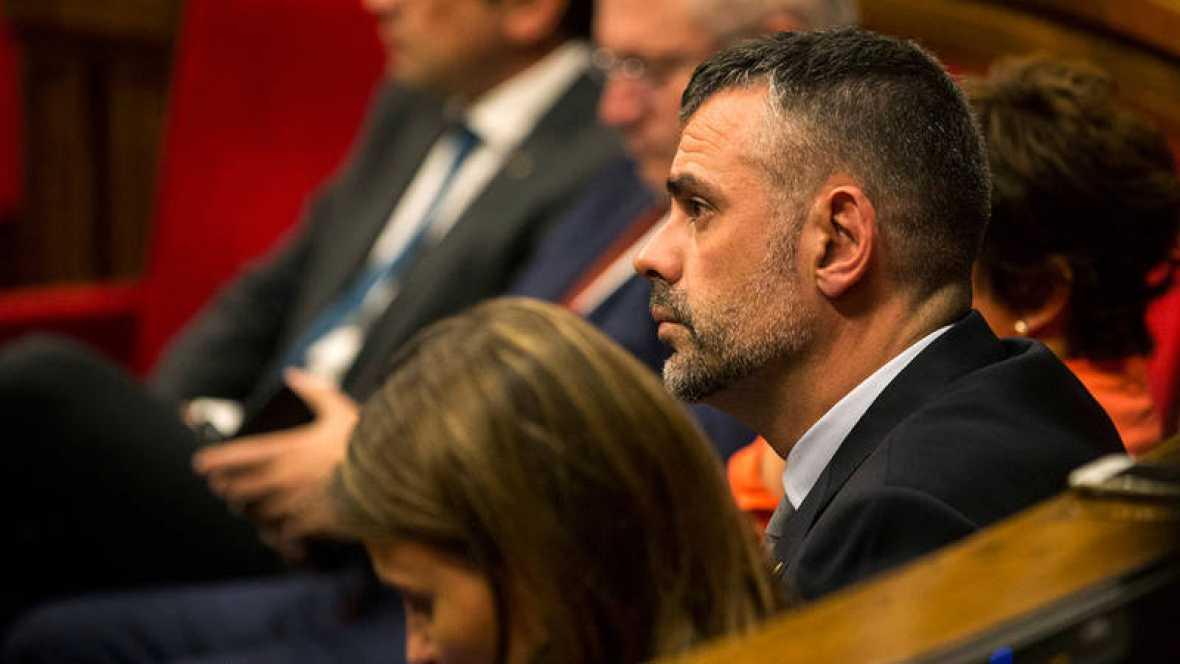 El consejero catalán de Empresa, Santi Vila, da con la puerta en las narices a Puigdemont