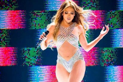 Jennifer Lopez sufre percance con su vestido y muestra más de la cuenta