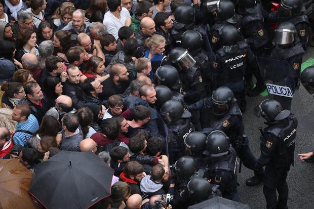 'Le Monde' no se traga los bulos de los separatistas y los deja en bragas