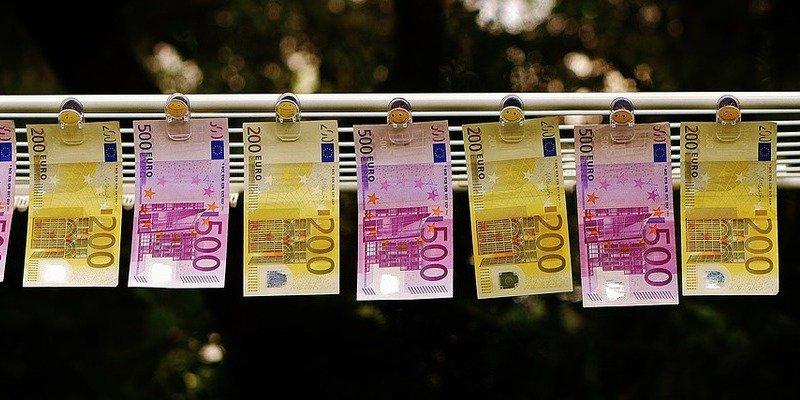 Ahorradores catalanes forman largas colas para llevar su dinero a Huesca y Zaragoza