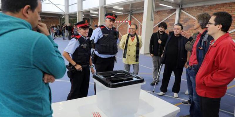 Los Mossos esperaron sonrientes al final del recuento de votos para llevarse urnas el 1-O
