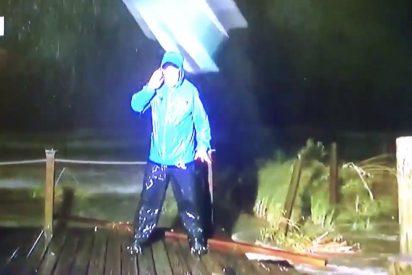 [VIDEO] Una silla 'voladora' casi le rompe la cabeza a este reportero en pleno paso del huracán Nate