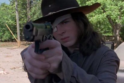 [VIDEO] The Walking Dead: 'Carl' se encuentra con un extraño personaje