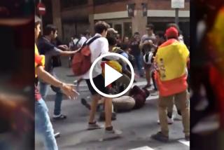 La brutal pelea entre chavales que portaban banderas españolas y catalanas