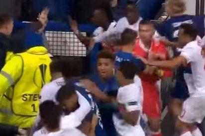 [VIDEO] La lamentable pelea que avergüenza al fútbol en Europa