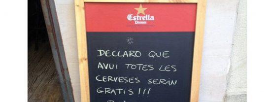 El bar de Barcelona que triunfa por un cartel genial sobre la declaración de Puigdemont