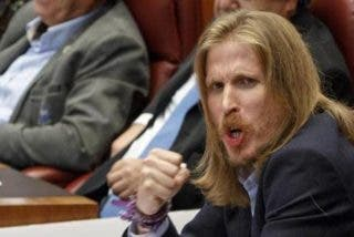 Podemos escenifica en las Cortes de Castilla y León su intervención más 'demencial'