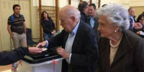La foto de 'El Padrino' Pujol votando junto a la 'Madre Superiora' indigna a los españoles