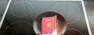 Los 'indepes' más tontarras queman los pasaportes y cortan el DNI