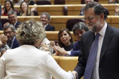 ¿A qué no adivinas qué replica Rajoy a la senadora de ERC que le da un libro para entender a los catalanes?