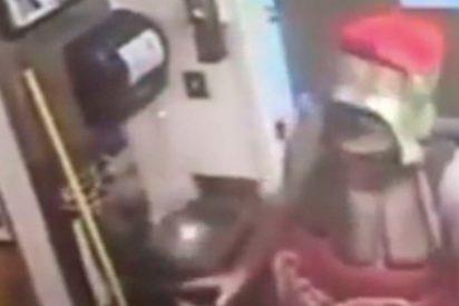 [VÍDEO] Un tipo disfrazado de botella de Coca-Cola roba un restaurante