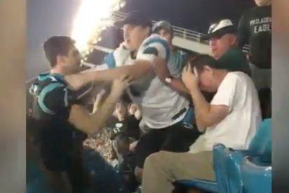 [VIDEO] Un joven desalmado agrede con gran violencia a un señor mayor indefenso en un partido de NFL