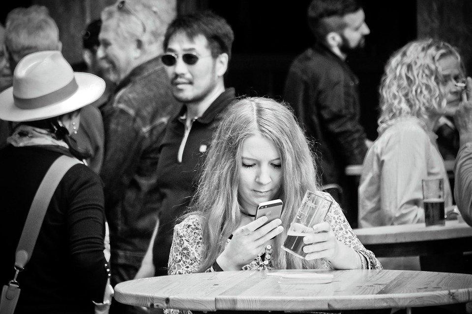 Chica se queda ciega de un ojo tras jugar un día entero al móvil