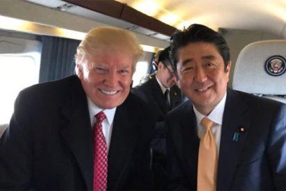 [VIDEO] La espectacular caída del primer ministro japonés durante un partido con Trump