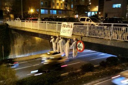 Aparecen en un puente de Pamplona 5 muñecos como aviso simbólico contra 'la Manada'