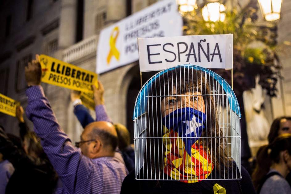 La verdad sobre las expulsadas de un avión por hablar catalán deja a 'Puchi' con el culo al aire