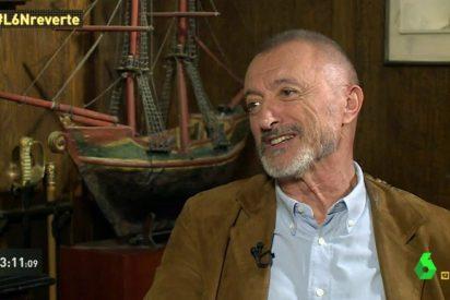 Arturo Pérez-Reverte reduce a chatarra al director de 'Oro' por un gazapo monumental