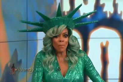 [VIDEO] Esta presentadora de televisión vestida de Estatua de la Libertad se desmaya en directo