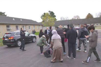 [VIDEO] Una ministra danesa casi embiste a migrantes al huir de un centro de deportación