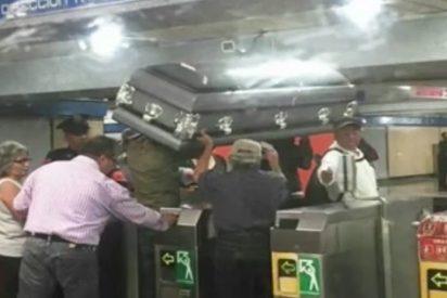 Un ataúd 'viaja' por el metro