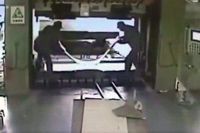 Así aplasta un obrero a su compañero con una prensa hidráulica y se queda tan ancho