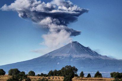 [VIDEO] El Popocatépetl expulsa al aire una columna de cenizas tras una explosión