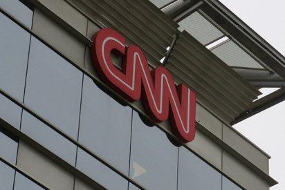 """Prohíben a un escolar visitar la sede de la CNN con una camiseta en la que ponía """"Noticias Falsas"""""""
