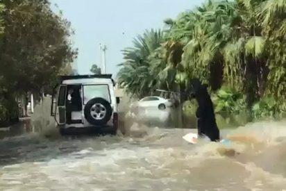 [VIDEO] Mujer con burka demuestra sus habilidades en el surf en una calle inundada de Arabia Saudita