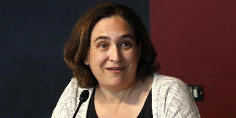 Ada Colau llama al 'guerracivilismo' contra el PP y se come un zasca de libro