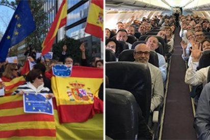 Gran recibimiento al grito de 'Viva España' a los alcaldes separatistas que viajaron a apoyar al prófugo 'Puchi'