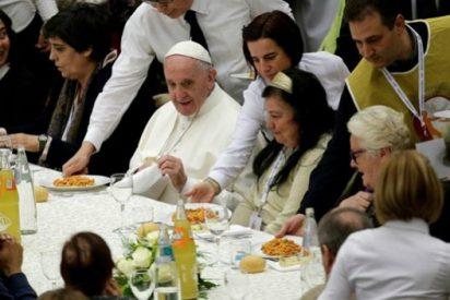 """""""Con el corazón lleno"""", el Papa come con pobres en el Vaticano"""