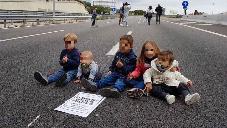 Separatistas utilizan a sus bebés para cortar carreteras en la huelga convocada por el asesino de Bultó
