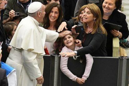 """Papa: """"Ellas transmiten la fe que después los teólogos explican"""""""