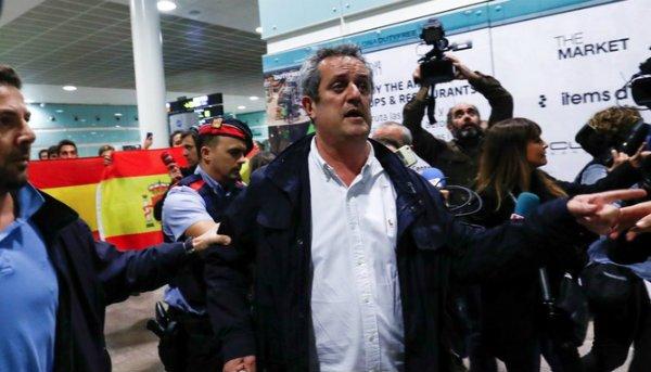 El miedo cambia de bando: reciben a los golpistas Forn y Bassa al grito de '¡Viva España!'