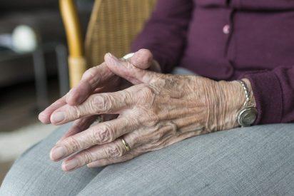 La anciana murió sola, de hambre, agonizando durante una semana al lado de su hijo muerto