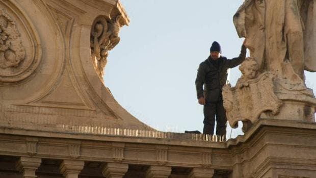 Logran bajar al hombre que subió al tejado de la catedral de Murcia
