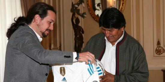 Los antimadridistas sacuden a Iglesias por este regalo a Evo Morales