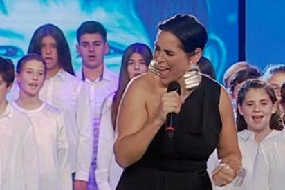 Rosa López desafina como una gallina afónica en la gala Unicef