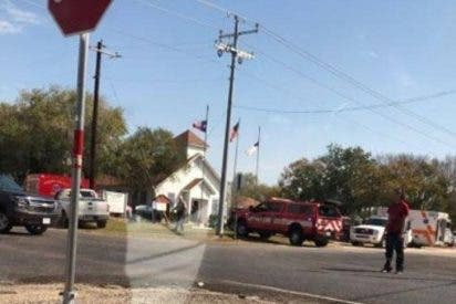 Una treintena de muertos en un tiroteo en una iglesia de Texas