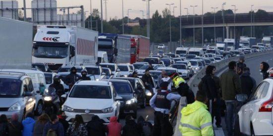 Con esta desfachatez ayudan los mossos a los piquetes de la huelga independentista