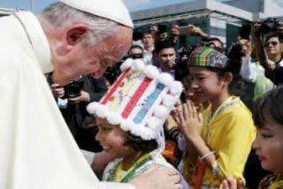 El Papa aterriza en Myanmar, en el viaje más difícil de su pontificado