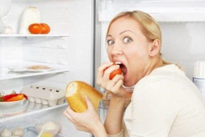 ¿Sabes por qué tienes tanto apetito por la noche y cómo puedes evitarlo?