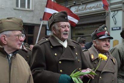Fachas: El Parlamento de Letonia equipara a veteranos de las SS y del Ejército Rojo