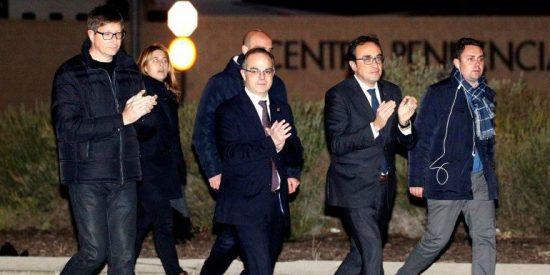 Con este corazón partido salen los exconsejeros de prisión tras pagar 600.000 euros
