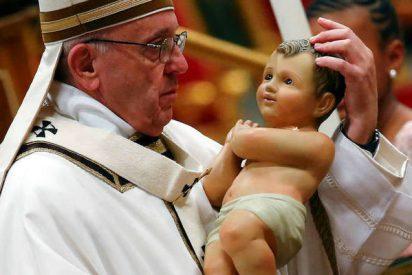 Una activista de Femen con las tetas al aire intenta robar al Niño Jesús del belén del Vaticano