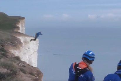 [VIDEO] Así se lanza este saltador de base por un acantilado de 160 metros para salvar a su amigo