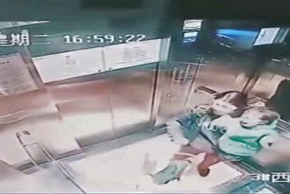 [VIDEO] Esta niñera desalmada propina 14 puñetazos a un menor indefenso en un ascensor