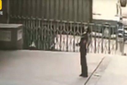 [VIDEO] Un guardia de seguridad muere aplastado al intentar salvar a una mujer suicida