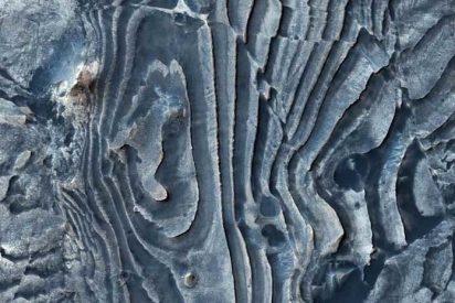 """La NASA publica esta extraña imagen """"deformada"""" de la superficie marciana y las redes arden"""