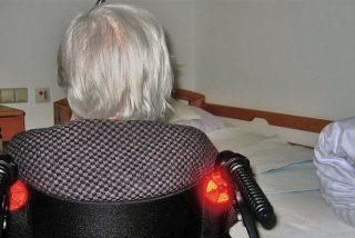 [VIDEO] Así desalojan Policías de EE.UU. por la fuerza a una anciana de 93 años en silla de ruedas